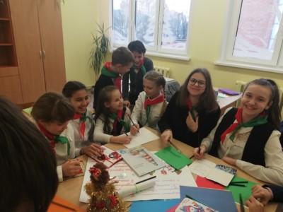 В Международный день волонтёра, начала работать творческая мастерская. Ребята волонтёрского отряда «Добрые сердца» занялись изготовлением  новогодних сувениров и открыток для одиноких людей, проживающих в микрорайоне нашей гимназии.